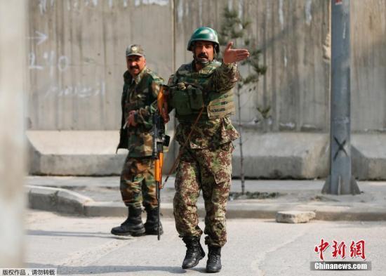 据悉,遭到攻击的医院,总共有四百床,是喀布尔最大的军医院,恐部分子在早上九点闯入,他们都穿着医师袍,见人就开枪,医生、病患都无法幸免。