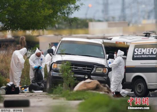 资料图:当地时间2017年3月8日,墨西哥新莱昂州埃斯科韦多,一辆卡车内发现8具尸体,法医进行调查。