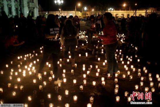 当地时间2017年3月8日,危地马拉圣约瑟皮努纳,当地民众点蜡烛为火灾遇难者守夜。