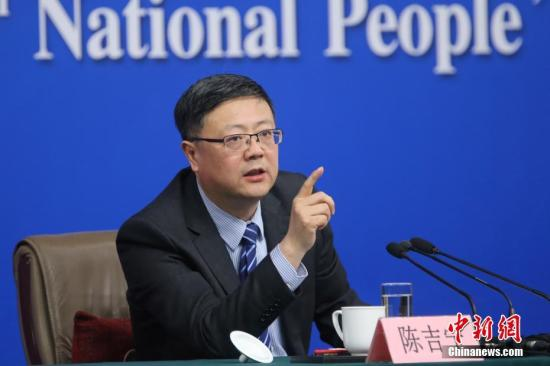 """3月9日,十二届全国人大五次会议在北京梅地亚两会新闻中心举行记者会,邀请环保部部长陈吉宁就""""加强生态环境保护""""的相关问题回答中外记者的提问。<a target='_blank' href='http://www.chinanews.com/'>中新社</a>记者 泱波 摄"""