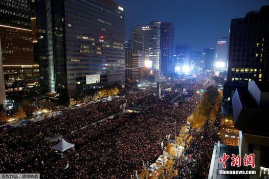 """11月29日,朴槿惠第三次就""""亲信门""""向民众道歉称,将包括缩短总统任期等自己的去留问题,交由国会决定。共同民主党和国民之党就弹劾草案达成协议。图为当地时间11月12日,韩国首尔,韩国超过1500个市民团体于12日下午4时在首尔举行第三轮烛光集会,要求朴槿惠下台对""""亲信干政门""""负责。"""