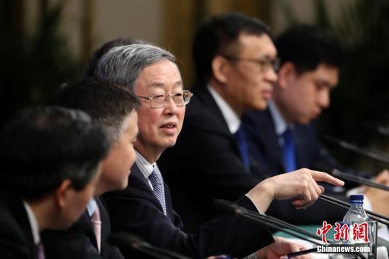 """3月10日,中国人民银行行长周小川等就""""金融改革与发展""""答记者问。<a target='_blank' href='http://www.chinanews.com/'>中新社</a>记者 盛佳鹏 摄"""