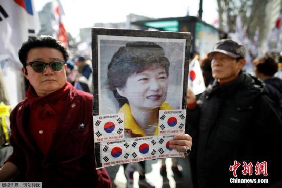 当地时间3月10日,朴槿惠支持者在韩国宪法法院外集会。