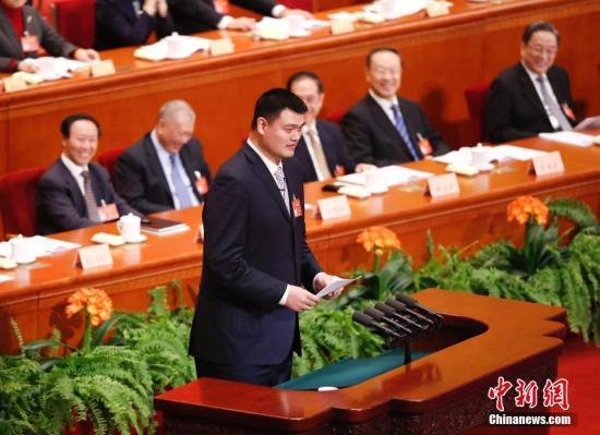 3月10日,全国政协十二届五次会议在北京人民大会堂举行第三次全体会议,姚明委员作《体育强国不仅仅是金牌 体育产业不仅仅是金钱》的发言。<a target='_blank' href='http://www.chinanews.com/'>中新社</a>记者 杜洋 摄