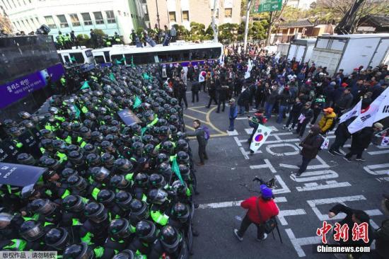 据韩联社报道,韩国宪法法院3月10日裁决朴槿惠弹劾案成立,反对弹劾的群众与警方发生冲突,2人受伤后死亡。