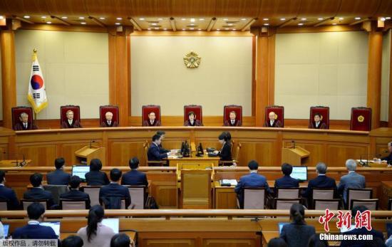 当地时间3月10日上午,韩国宪法法院宣布总统弹劾案最终判决结果,总统弹劾案获得通过,朴槿惠被立即免去总统职务。图为法庭现场。