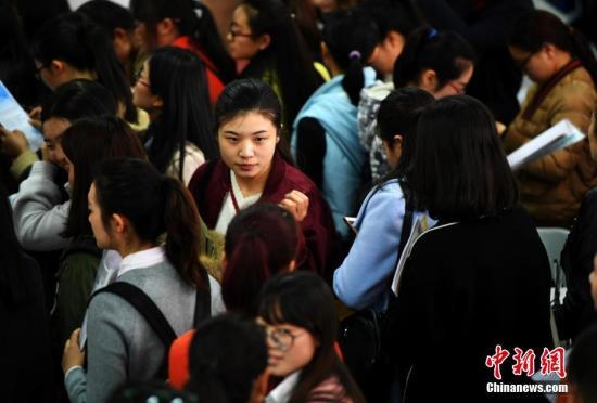 在招聘会求职的人群。<a target='_blank' href='http://www.chinanews.com/'>中新社</a>记者 李进红 摄