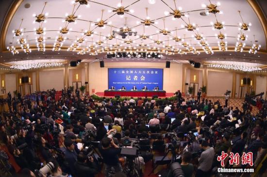 """3月11日,十二届全国人大五次会议新闻中心举行记者会,邀请工信部部长苗圩等就""""推进实施'中国制造2025'""""的相关问题回答中外记者的提问。记者 金硕 摄"""