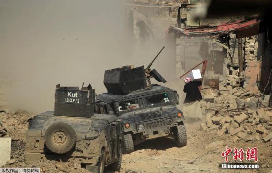 当地时间3月10日,伊拉克收复战持续,炮火连天战况激烈,当地民众被迫逃离家园。