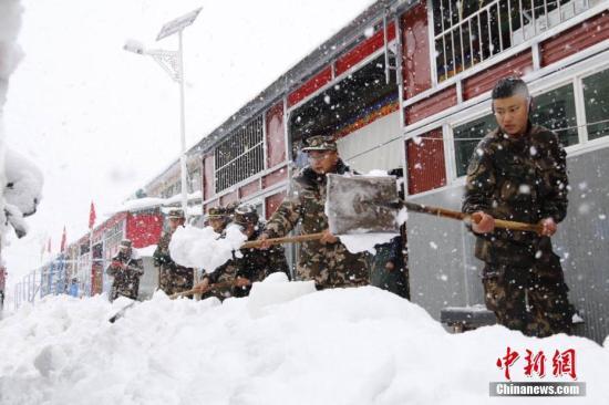 3月11日,亚东边防派出所官兵为当地百民众清理道路积雪。 谢小杰 摄