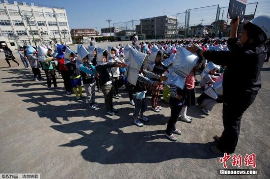 当地时间3月10日,日本大地震6周年来临之际,日本东京举行大规模防灾演习。