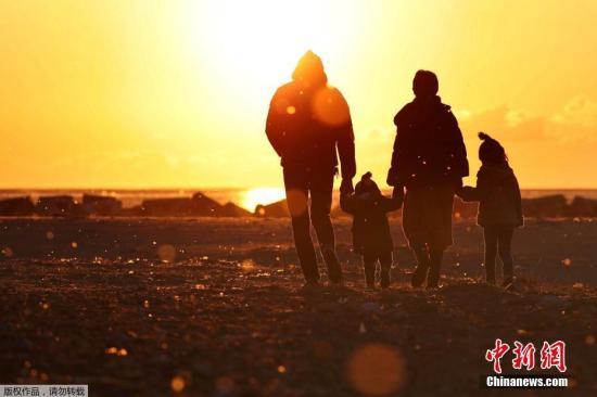 当地时间3月11日,日本民众悼念地震和海啸灾难遇难者,纪念2011年大地震六周年。图为日本民众在仙台灾区祭奠遇难者。