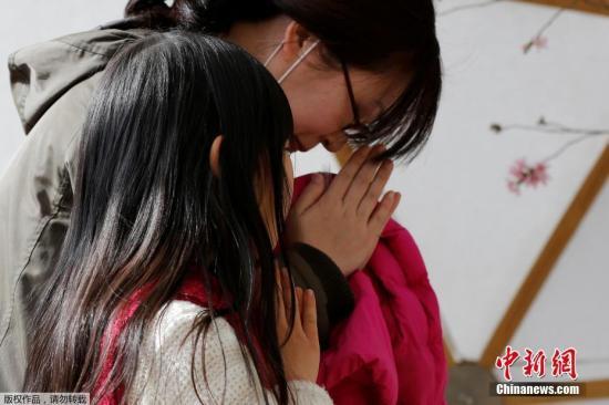 当地时间3月11日,日本民众悼念地震和海啸灾难遇难者,纪念2011年大地震六周年。图为日本民众在东京的祭奠处祭奠遇难者。