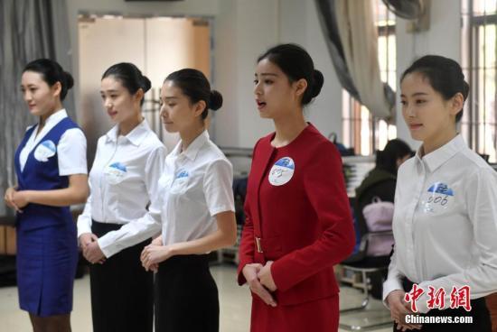 资料图:3月12日,厦门航空公司在福州大学举行福州专场招聘会,吸引了上千帅哥、美女前来应聘。厦航2017年度计划招收1500名空中乘务员,此次招聘不限名额、不限比例、不限专业。延续往年的要求,女生身高要求162cm-173cm,男生身高172cm-184cm,未来的空姐、空少不仅要颜值过关,还要能力过硬。据厦航人力资源部介绍,招乘务员最看重的是应聘者的亲和力,更欣赏端庄、得体、职业化的衣着和妆容。有一技之长者更能脱颖而出,如外语、艺术、医务以及空中服务经验等。据了解,厦门航空成立于1984年,是亚洲唯一一家连续30年(1987年至今)盈利的航空公司,每年厦航均投入大量资源培育空乘人员,并为乘务员提...