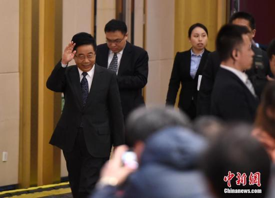 """3月12日,十二届全国人大五次会议新闻中心举行记者会,邀请教育部部长陈宝生(左一)就""""教育改革发展""""的相关问题回答中外记者的提问。 记者 侯宇 摄"""