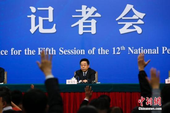 """3月12日,十二届全国人大五次会议新闻中心举行记者会,邀请教育部部长陈宝生就""""教育改革发展""""的相关问题回答中外记者的提问。 记者 富田 摄"""