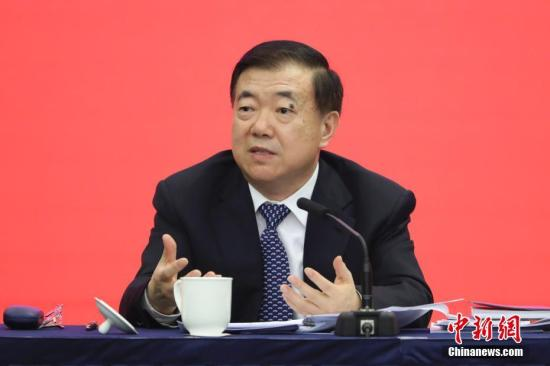 图为全国人大代表、甘肃省委书记王三运回答记者提问。 记者 盛佳鹏 摄