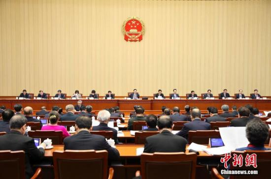 资料图 3月12日,十二届全国人大五次会议主席团在北京人民大会堂举行第二次会议。主席团常务主席张德江主持会议。 记者 刘震 摄