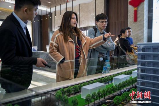 """3月份杭州的楼市热度依旧,90后女孩小林却卖掉了位于市区繁华地带的小房,为作""""民宿短租""""凑齐了更多启动资金。同时,小林还辞去了她设计师的工作,专职做""""包租婆"""":即从房东那里包下一定时段(比如三年)的使用权,通过主题装修,在新兴平台上日租出去。为了省中介费租到好的房源,姑娘还经常杀到售楼处直接物色房东。 中新社发 牛镜 摄 图片来源:CNSPHOTO"""