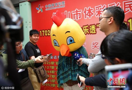 """资料图:广东省佛山市,一个可爱的""""公鸡""""造型的佛山体彩彩民,领到1600万元奖金。图片来源:视觉中国"""