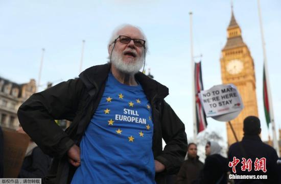 """资料图:英国伦敦,民众在国会大厦前聚集示威抗议英国""""脱欧""""。"""