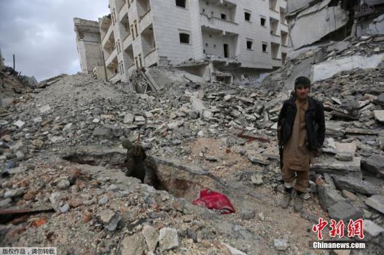 """当地时间2017年3月13日,叙利亚艾尔巴伯镇,叙利亚反对派发现一属于极端组织""""伊斯兰国""""的地道,地道通往Aqeel市,内设有关押女性的房间。图为地道入口。"""