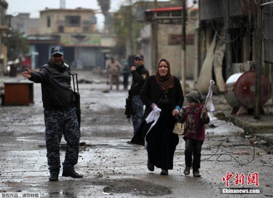当地时间2017年3月13日,伊拉克摩苏尔,伊拉克军队收复摩苏尔Al-Dawasa地区,一对伊拉克母女举白旗求助。