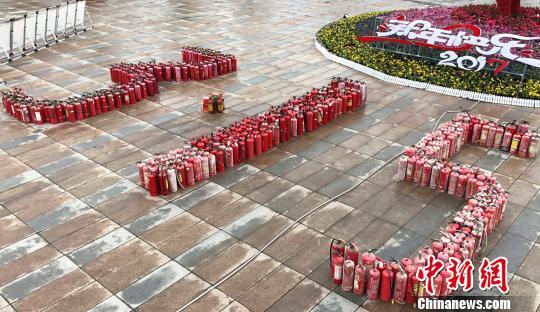 """图为重庆大足举行315活动,将查缴的假冒伪劣产品摆成""""315""""字样集中销毁。李川 摄"""