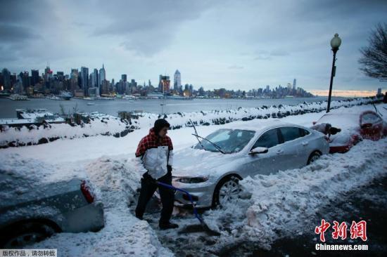 当地时间3月14日,暴风雪肆虐美国东北部。据报道,十余个州发布冬季风暴警报,9个州发布暴雪警报,五千多万人生活受到严重影响。图为纽约民众清理被雪埋住的汽车。
