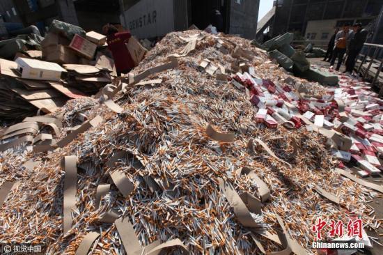 资料图:2017年03月14日,河南许昌,工作人员将假冒伪劣香烟倾倒在焚烧炉旁图片来源:视觉中国