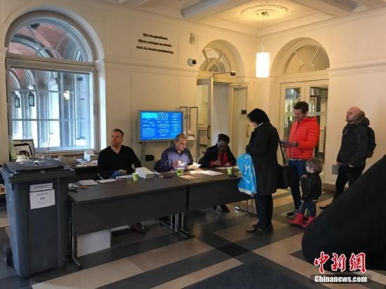 当地时间3月15日,荷兰举行议会二院(众议院)选举。选前民调显示,参加此次选举的28个政党,无一能获得超过20%的选票。荷兰议会二院共有150个席位。图为海牙当地市民在投票点进行投票。<a target='_blank' href='http://www.chinanews.com/'>中新社</a>记者 沈晨 摄