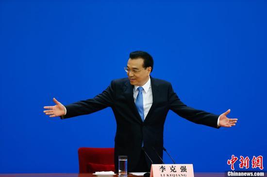 3月15日上午,国务院总理李克强在人民大会堂三楼金色大厅会见采访十二届全国人大五次会议的中外记者,并回答记者提出的问题。中新社记者 富田 摄