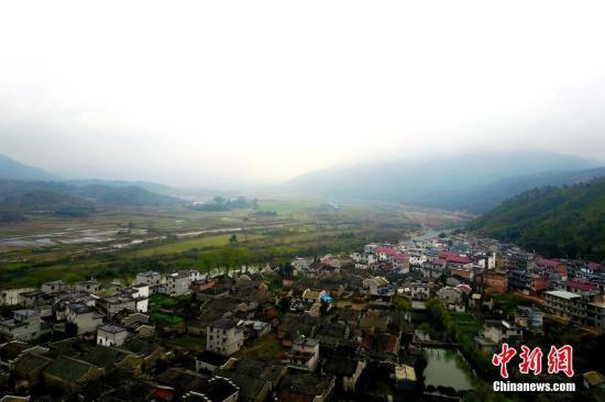 位于江西省乐安县的流坑古村烟雨朦胧,江南风情,春景如画。王剑 摄