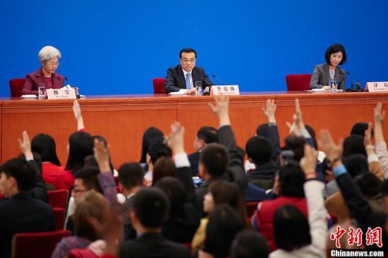 3月15日,国务院总理李克强在北京人民大会堂会见中外记者并回答记者提问。<a target='_blank' href='http://www.chinanews.com/'>中新社</a>记者 富田 摄