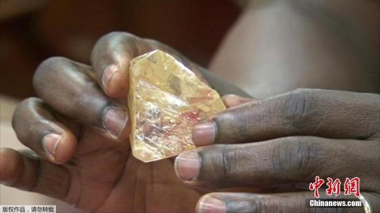 非洲塞拉利昂一名男子近日发现了一枚重达706克拉的钻石,并决定上交给国家。据外媒当地时间3月16日报道称,这枚钻石或将成为世界上第十三重的钻石,估计售价将达到4.25亿美元。当地政府已经决定将这枚钻石进行公开拍卖,并将所得款项运用到国家和社区的建设上。