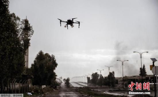 """在摩苏尔收复战中,""""伊斯兰国""""极端组织利用无人家向伊拉克军队投放爆炸物。如今,伊拉克军队改进了这一战术,将遥控装置上安装仅40毫米的枪榴弹。"""