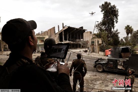 """当地时间2017年3月14日,伊拉克摩苏尔,伊拉克军队与""""伊斯兰国""""作战中使用无人机。"""