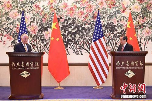 3月18日,中国外交部部长王毅(右)在北京与来访的美国国务卿蒂勒森举行会谈,会后双方共同会见中外记者。 中新社记者 侯宇 摄