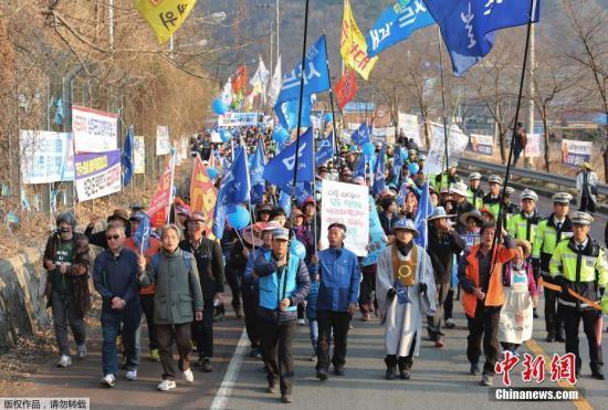 """资料图:韩国星州郡民众抗议,要求取消部署""""萨德""""。"""