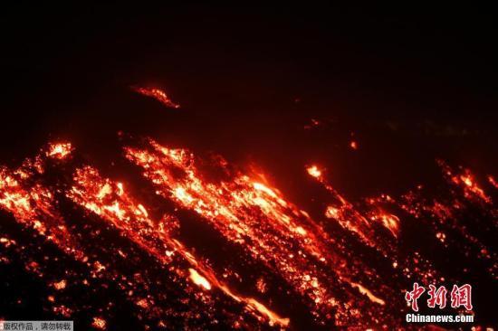 岩浆从火山口流出。报道称,埃特纳火山喷发时,山峰附近有人员受伤,包括在当地拍摄影片的英国广播公司(BBC)电视工作人员。