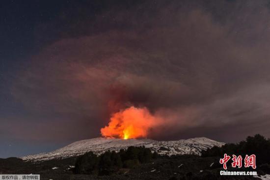 资料图片:位于意大利西西里岛的埃特纳火山爆发。喷出的岩浆流入积雪,引起强烈爆炸,将岩石炸向空中,造成10人受伤。