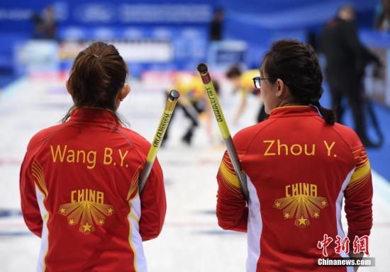 """原料图:""""老将""""王冰玉(左)与周妍在比赛中不悦目察对手。 中新社记者 侯宇 摄"""