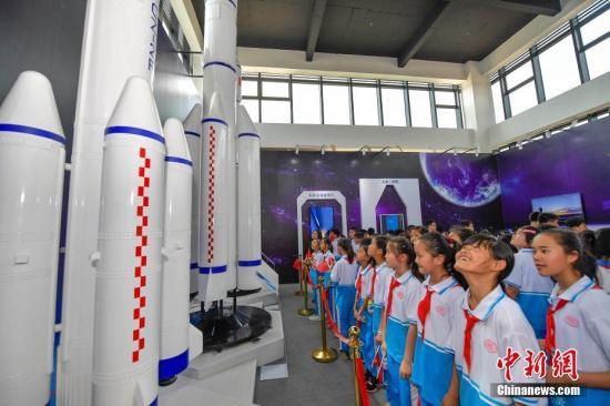 资料图:小学生海南文昌国际航天城参观火箭模型。