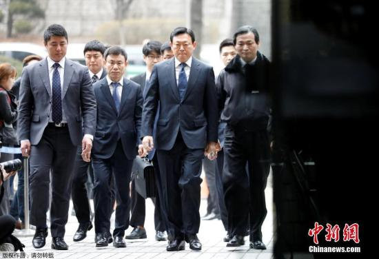 當地時間2017年3月20日,韓國首爾,首爾地方法院就韓國零售巨頭樂天集團的首席執行官及其家人的控罪舉行首次聽證會,樂天集團主席辛東彬、辛東彬兄長辛東主、樂天創始人辛東彬之父辛格浩和辛格浩第三任妻子徐美敬抵達法院接受調查。據報道,在對該國第五大集團之一的樂天集團進行為期四個月的調查后,韓國檢察官于去年10月份對三起案件提出了多項指控,包括貪污和違反信任,據稱他們盜用了數百億韓元的公司資產。