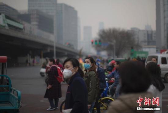 资料图:北京市民戴口罩出行。 <a target='_blank' href='http://www.chinanews.com/'>中新社</a>记者 刘关关 摄