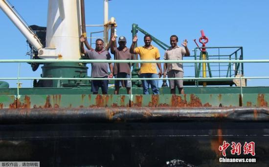 当地时间2017年3月19日,索马里博萨索,油轮Aris-13获释。索马里海盗13日骑劫了一艘油轮要求赎金。目前该油船已经获释。