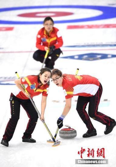 中国队以7:6战胜韩国队,中国队选手王芮(前左)、刘金莉(前右)比赛中擦冰。 <a target='_blank' href='http://www.chinanews.com/'>中新社</a>记者 侯宇 摄