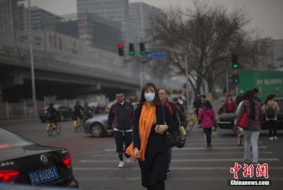 资料图:空气污染下市民加强防护。 中新社记者 刘关关 摄