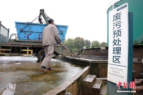 曾经是污染环境的猪粪,中温发酵后变成沼气,再经发电机变成电能并入国家电网,可供23000户家庭照明一年,废渣制成有机肥料,成为有机稻米、果园种植户的抢手货,产生更大的经济价值。3月21日,在江西省进贤县的一家生态循环农业示范园内,记者全程记录了这套变废为宝的低碳、零排放、高效益的生态循环体系。 王昊阳 摄