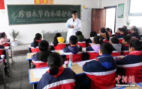 3月21日,江西省新余市分宜县环保局监测站工作人员学生讲解常见水的分类等知识。 周亮 摄